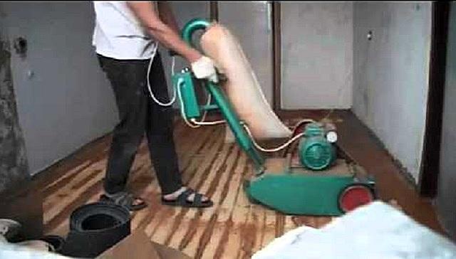 Проведение циклевки деревянного пола специальной профессиональной машиной