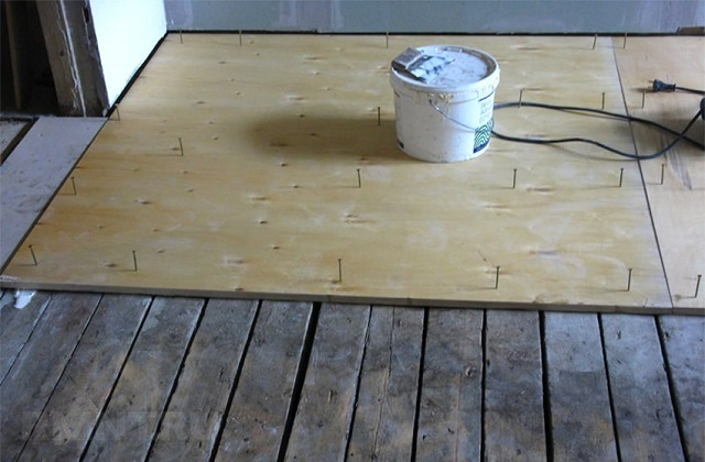 Монтаж фанеры поверх старого деревянного пола.