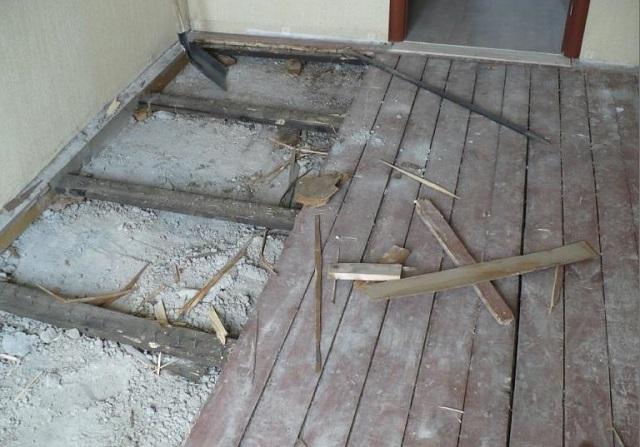 Демонтаж деревянного покрытия обычно открывает сопевшие залежи строительного мусора и скопившейся за десятилетия пыли.