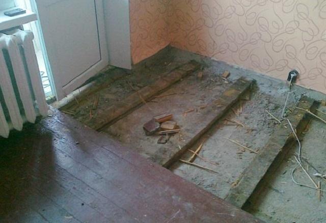 Весьма грязная и трудоемкая, но необходимая операция – демонтаж старого износившегося дощатого покрытия пола.