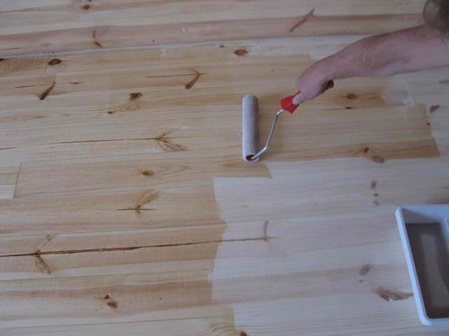 Обработка деревянного основания грунтовкой.