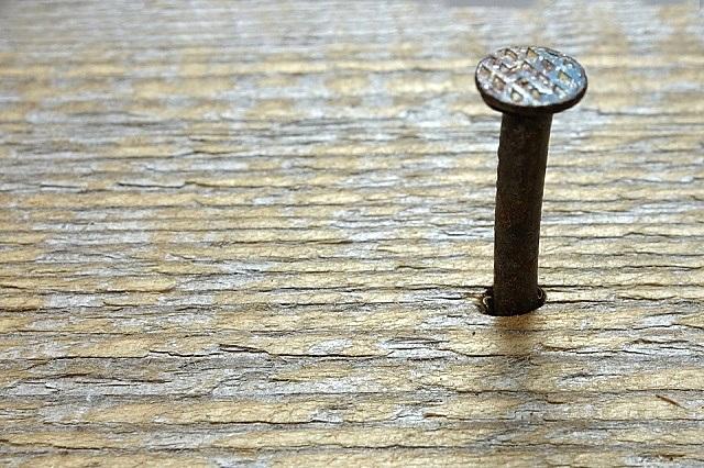Потерявший прочность крепления в лаге, разболтавшийся или вылезший гвоздь – одна из частых причин появления скрипов