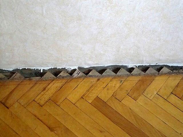 Любое деревянное покрытие пола, упирающееся в стены, не имеет простора для колебания линейных размеров при изменении температуры или влажности. Это тоже становится причиной скрипов.