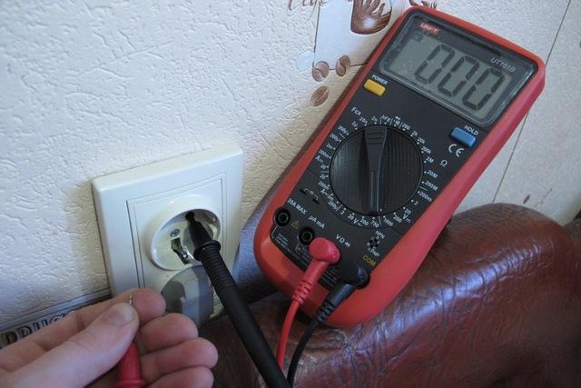 Контрольный измерительный провод мультитестера попал на ноль – напряжения или нет вовсе, или оно крайне незначительно.