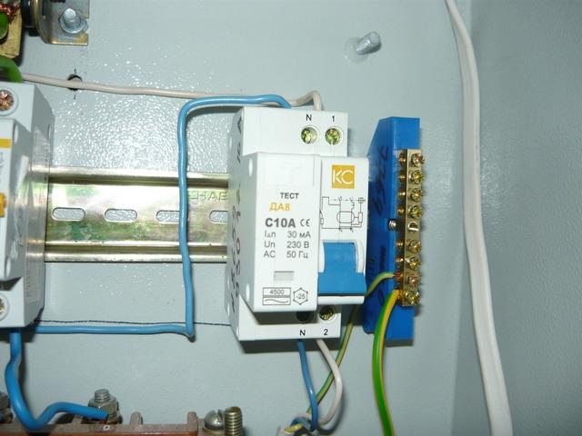 Даже небольшой ток утечки при измерении напряжения между фазой и защитным заземлением может привести к срабатыванию УЗО