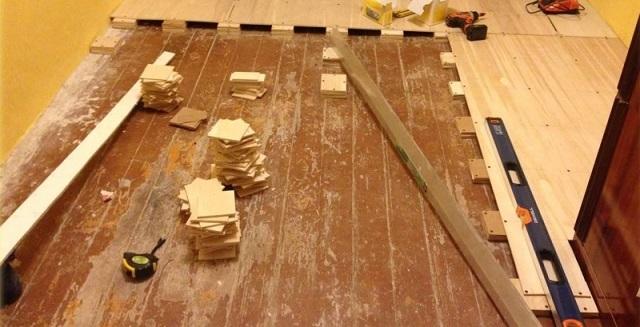 Закрепление фанеры сверху выравнивающих высоту основы подкладок.