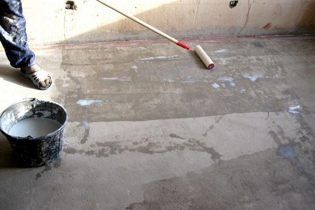 Грунтование бетонного основания пола