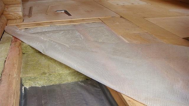 Парогидроизоляция утеплителя – пар из помещения и случайно попавшая на пол вода не должны проникать в слой термоизоляции.