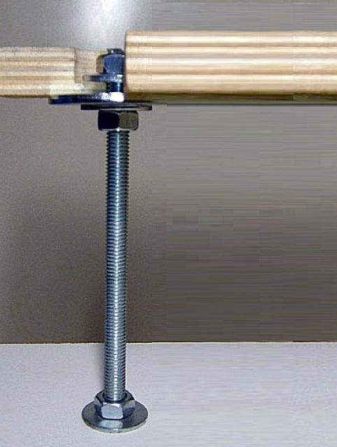 Шпилька с резьбой позволяет регулировать высоту фанеры над поверхностью основания.