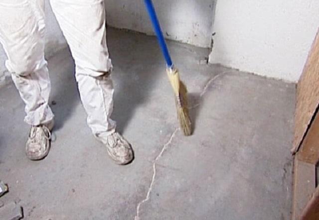 При уборке помещения перед укладкой плитки веником ограничиваться не стоит – требуемое качество даст только пылесос.