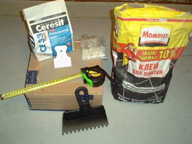Плиточный клей и затирка для швов (фуга) – основные материалы для выполнения облицовки пола керамической плиткой
