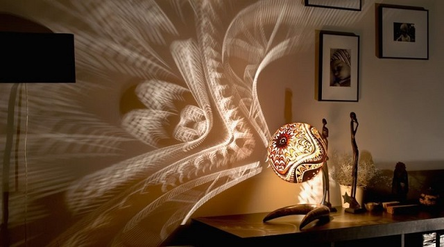 Предназначение такой настольной лампы – не столько в освещении, сколько в создании на стенах и потолке причудливых игр света и тени.
