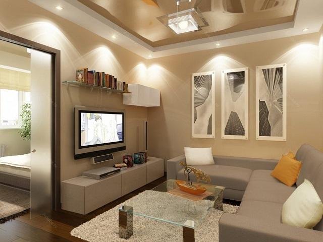 Маленькая гостиная в бежевых тонах. Освещение обеспечивается совокупностью подвесного и встраиваемых точечных светильников.