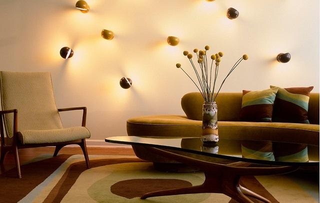 Декоративные светильники, свет которых направлен определенным образом, способны визуально расширить помещение или же придать ему особый уют.