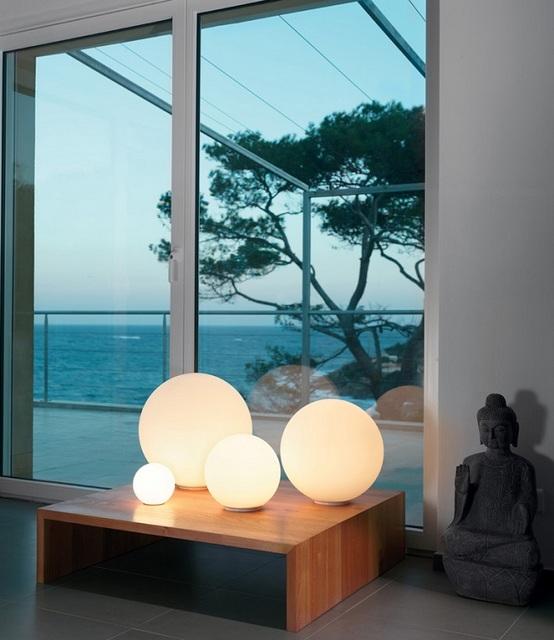 Светильник, выполненный в определенном стиле, или же правильно подобранный к дизайнерскому оформлению гостиной, способен придать комнате особое настроение.