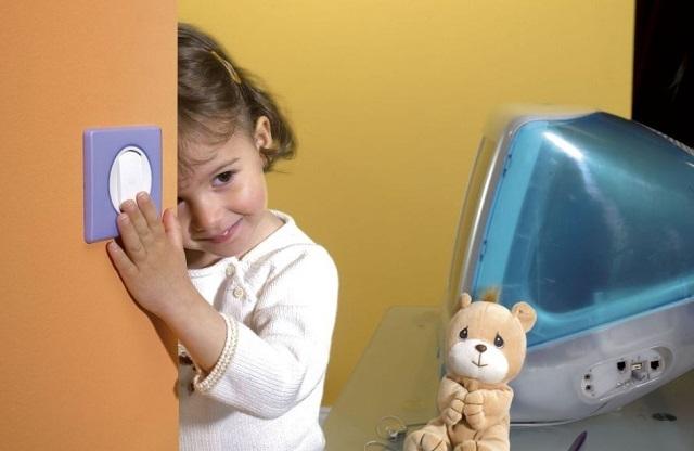 Подросшие дети быстро осваивают обращение с выключателем. И он должен располагаться так, чтобы им не приходилось подставлять стул, чтобы дотянуться до него.