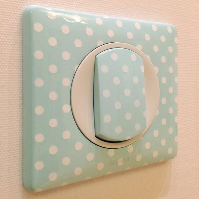 Для детской комнаты вполне можно подобрать клавишный выключатель с оригинальным оформлением корпуса.