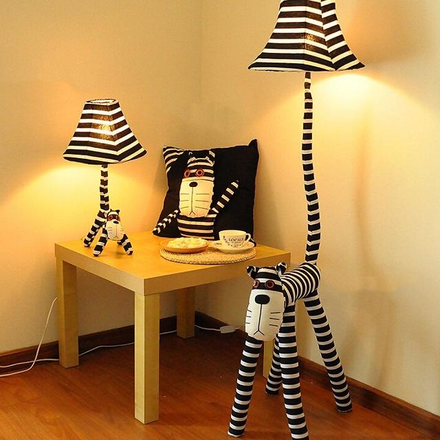 Оригинальный «кошачий» гарнитур для детской комнаты – торшер, настольная лампа и подушка.