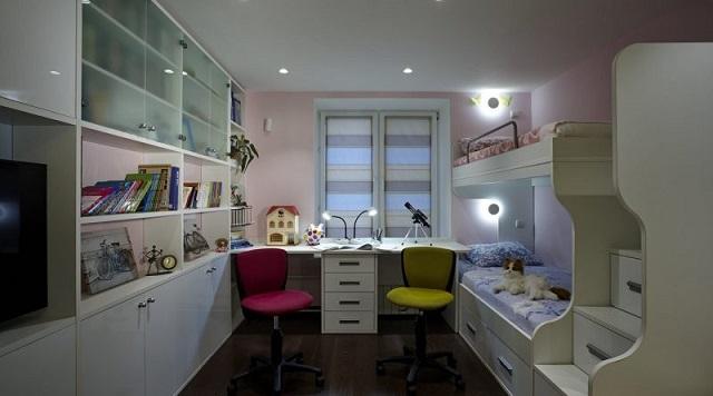 Уютная комната для двоих детей. Подсветка рабочей зоны и спальных мест организована удачно. Но вот к общей освещенности комнаты все же остаются вопросы.