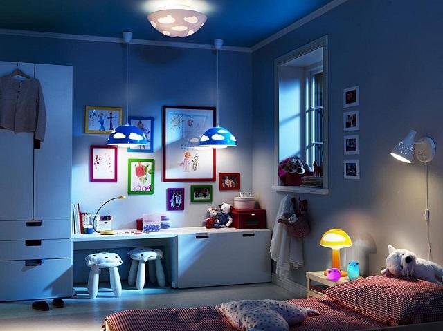 Если потолочный светильник в этом помещении в состоянии выдать не менее 200 люкс общей освещенности, то других претензий к организации освещения нет – все продумано рационально.