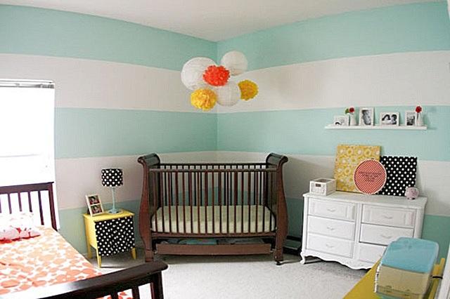 Оформление комнаты для самых маленьких не должно быть «кричащим». Но на спокойном общем фоне приветствуются яркие контрастирующие «пятна»,притягивающие внимание малыша.