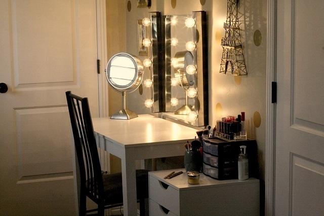 Светильники на туалетном столика могут крепиться и по периметру зеркала.