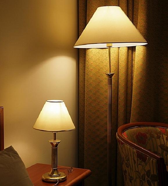 Около удобного кресла, которому тоже часто находится место в спальной, можно установить торшер и настольную лампу.