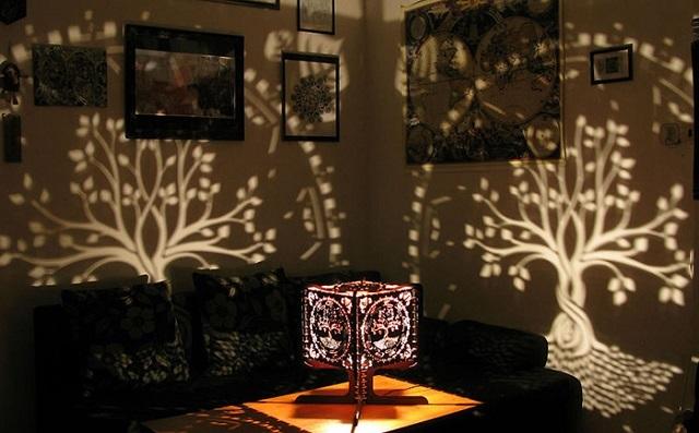 Светильник, создающий эффект игры света и теней, позволит создать в помещении романтическую атмосферу.