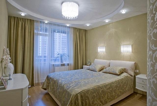 Вроде бы все просто, никаких излишеств, но вариант отделки интерьера спальной и ее освещение выглядят очень удачными.