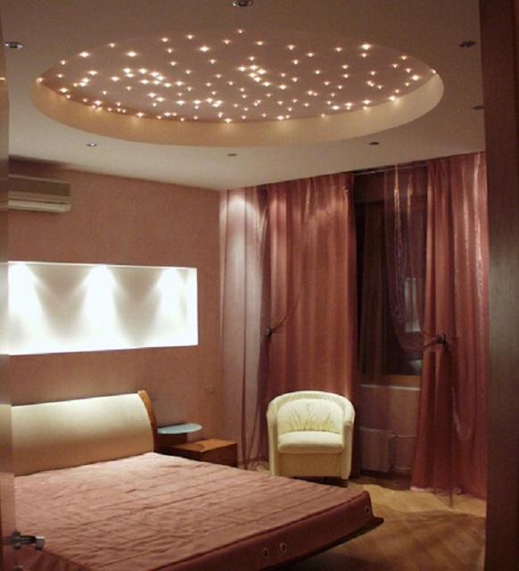 Оригинально подсвеченный в спокойных тонах потолок будет отличным решением для этого помещения.