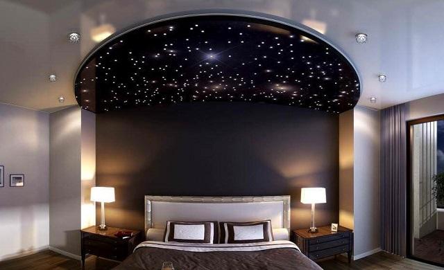 Необычный натяжной потолок с эффектом звездного неба.