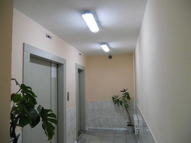 Освещение площадки подъезда перед лифтом.