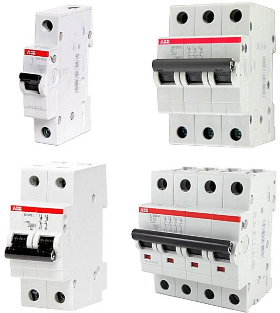 Автоматические выключатели с разным количеством пар клемм – от одной до четырех. Соответственно, и сами приборы занимают на рейке распределительного шкафа от одного до четырёх модуль-мест.