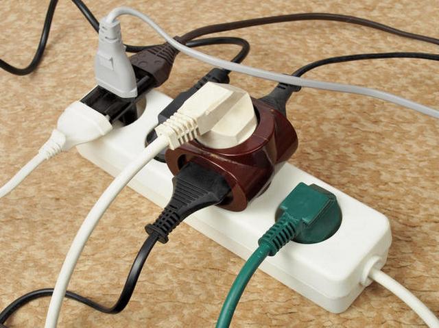 С таким подходом к эксплуатации своей домашней электросети – совсем недалеко до крупной аварии или даже пожара