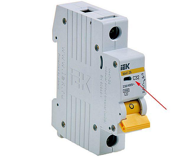 Класс автоматического выключателя по времятоковой характеристике обычно указывается буквой, стоящей непосредственно перед показателем номинального тока