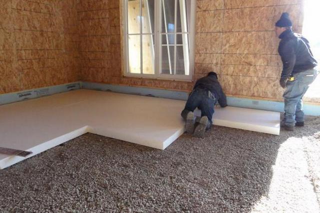 Пол по грунту с очень эффективным утеплением: керамзитовая «подушка», поверх неё— слой пенополистирольных плит. Все это закроется стяжкой – и никакие холода не страшны.