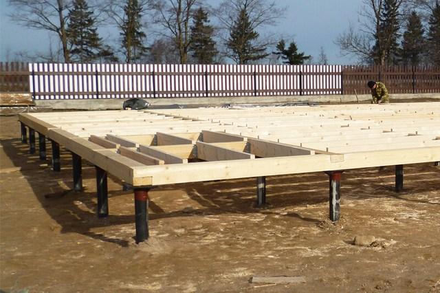 Свайно-винтовой фундамент под каркасный дом – выполнена обвязка, производится монтаж балок и лаг