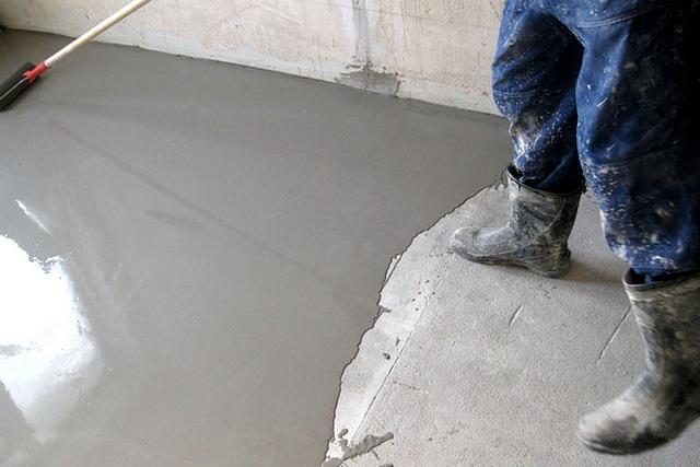 Один из способов выровнять основание под последующую укладку утеплительных плит – провести тонкослойную заливку самовыравнивающимся составом.