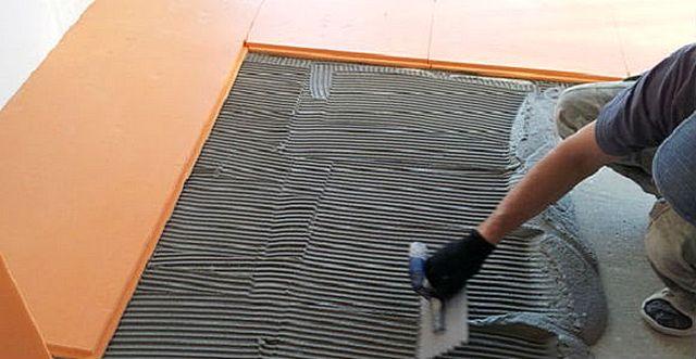 Дорогой, но самый, пожалуй, надежный способ укладки плит – на специальный клей, предназначенный для термоизоляционных работ