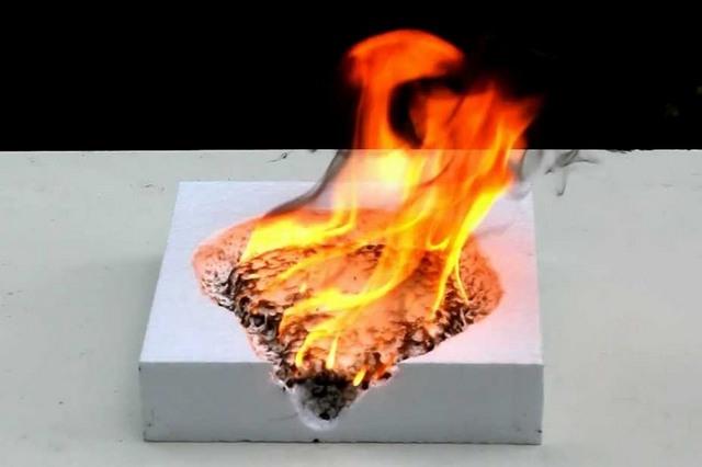 Как бы ни утверждали обратное, называть пенополистирол негорючим материалом – это «кривить душой»