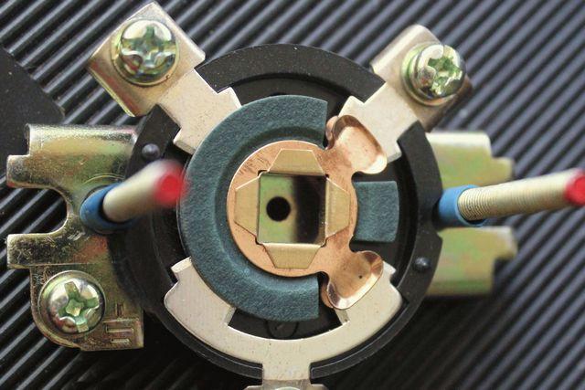 Один из вариантов коммутационного пакета переключателя. Как видно, возможны несколько различных положений замыкания входящих в пакет контактов.