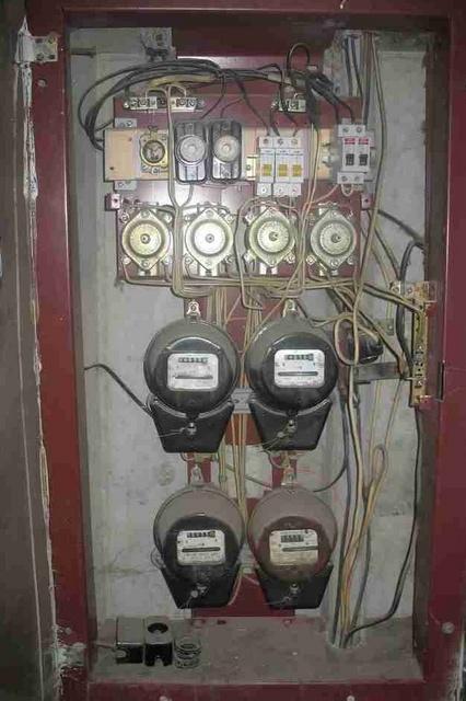Типичный образец старого щита. Причем, кое-кто из хозяев все же установил автоматы, а один продолжает по старинке пользоваться пробками.