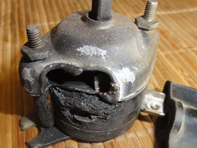 Электрическая дуга в коротнувшем «пакетнике» явно вырвалась наружу – даже металлическая крышка выключателя проплавлена насквозь