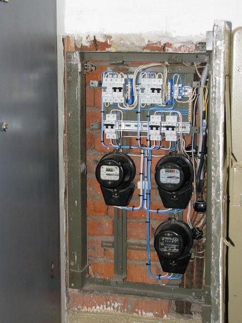 Щит после модернизации – вместо устаревших «пакетников» на вводе в каждую квартиру установлены двухполюсные автоматические выключатели.
