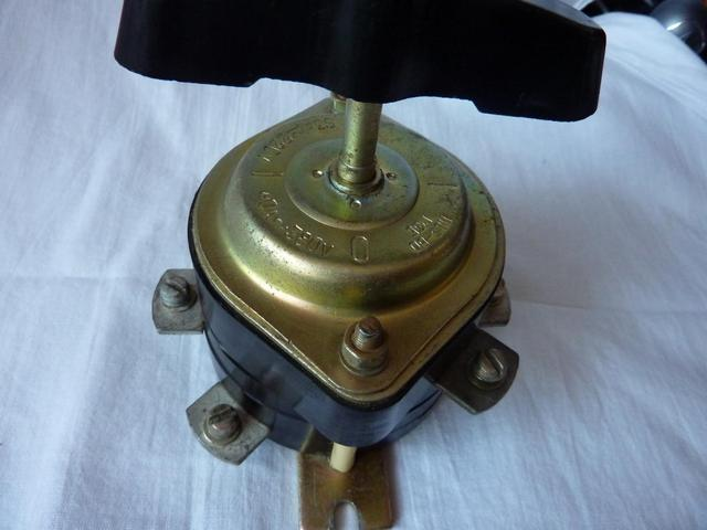 Параметры тока и напряжения обычно сразу заметны на корпусе прибора. Например, это «пакетник» на 63 А для сети 220 В, или 40 А для 380 В.