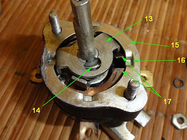 Крышка снята и отставлена в сторону. Взору открывается механизм мгновенного переключения и фиксированного положения контактов.