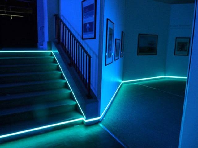 В домашних условиях для оригинальной подсветки периметра пола или лестничных маршей чаще используются гибкие неоновые трубки