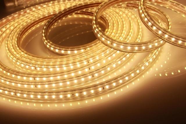 Наиболее удобный тип осветительных приборов для подсветки пола – светодиодная лента