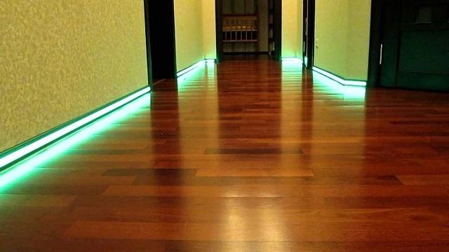 Плинтусы по периметру пола, оснащенные подсветкой из светодиодной ленты