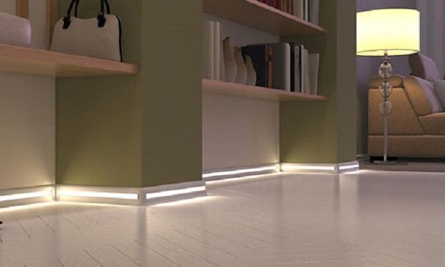 Освещение пола с помощью светодиодной ленты, вмонтированной в плинтус.